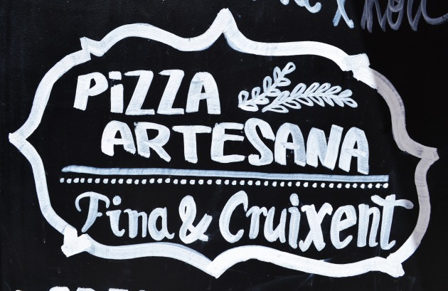 pizza artesana sign